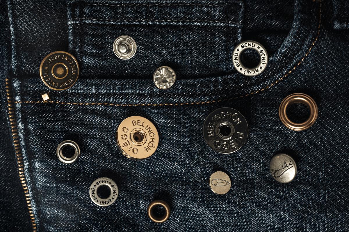 Botões metálicos e ilhós